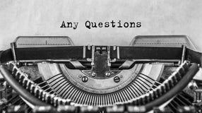 Simsen Sie alle mögliche Fragen, die auf einer Retro- Weinleseschreibmaschine geschrieben werden Abschluss oben stockbilder