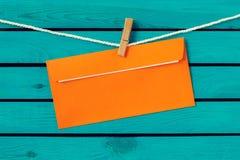 Simsen Sie alles Gute zum Geburtstag auf dem alten Umschlag und Lizenzfreie Stockbilder