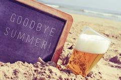 Simsen Sie Auf Wiedersehen Sommer in einer Tafel und in einem Glas Bier auf dem b Lizenzfreies Stockfoto