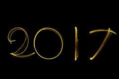 Simsen Sie das Gussfeuerwerk 2017, das mit Schein auf schwarzen Hintergrund geschrieben wird Stockbild