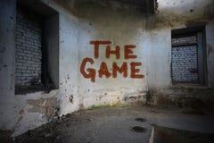 Simsen Sie das Spiel auf der schmutzigen alten Wand in einem verlassenen Haus Lizenzfreie Stockfotos