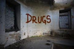 simsen Sie Drogen auf der schmutzigen alten Wand in einem verlassenen Haus Stockfotografie