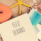 Simsen Sie feliz verano, glücklichen Sommer auf spanisch Lizenzfreie Stockbilder