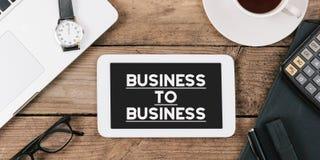 Simsen Sie Geschäft zum Geschäft auf Schirm des Tabellencomputers im Büro Lizenzfreie Stockbilder