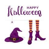 Simsen Sie glückliches Halloween mit den Hexenbeinen in den Schuhen und im purpurroten Hut Lizenzfreie Stockfotos