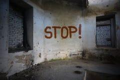 Simsen Sie Halt auf der schmutzigen alten Wand in einem verlassenen Haus Stockbild