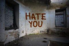 simsen Sie Hass Sie auf der schmutzigen alten Wand in einem verlassenen Haus Stockfotografie