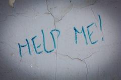 Simsen Sie helfen mir auf der schmutzigen alten Wand an den Stadtstraßen stockfoto