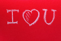 Simsen Sie ich liebe dich, geschrieben durch Kreide auf ein rotes Brett Romantischer Karte St.-Valentinstag Stockbilder