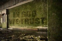 Simsen Sie im Gott, den wir auf der schmutzigen Wand auf ein verlassenes ruiniertes Haus vertrauen Lizenzfreies Stockbild