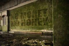 Simsen Sie kein Geld kein Honig auf der schmutzigen Wand in einem verlassenen ruinierten Haus Stockbilder