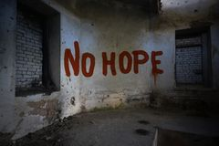 Simsen Sie keine Hoffnung auf der schmutzigen alten Wand in einem verlassenen Haus Lizenzfreies Stockbild