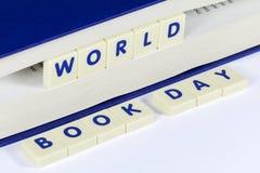 Simsen Sie Lesungs-WELTbuch-TAG zwischen Seiten des Buches Lizenzfreie Stockfotografie