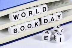 Simsen Sie Lesungs-WELTbuch-TAG zwischen Seiten des Buches Lizenzfreies Stockbild
