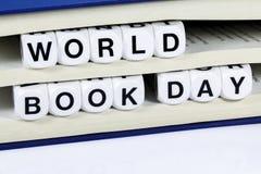 Simsen Sie Lesungs-WELTbuch-TAG zwischen Seiten des Buches Lizenzfreies Stockfoto