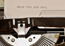 Simsen Sie liebe Mutter und den Vati, die auf alter Schreibmaschine geschrieben wird Stockbilder