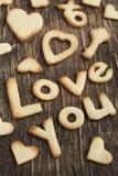 Simsen Sie Liebe Sie von Sugar Cookies auf einem hölzernen Hintergrund Stockfotos