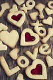 Simsen Sie Liebe Sie von Sugar Cookies auf einem hölzernen Hintergrund Stockfoto