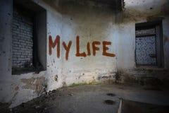 simsen Sie mein Leben auf der schmutzigen alten Wand in einem verlassenen Haus Stockfotografie
