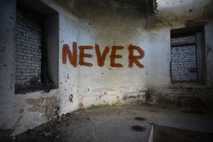 Simsen Sie nie auf der schmutzigen alten Wand in einem verlassenen Haus Stockfotografie