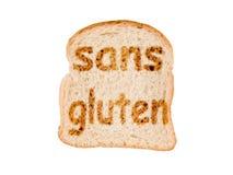 Simsen Sie ohne das Gluten (das Bedeutungsgluten frei auf französisch) geröstet auf einer Scheibe brot, lokalisiert auf Weiß lizenzfreie stockfotografie