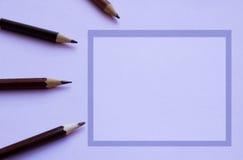 Simsen Sie Raum und Stifte darüber hinaus, in einem purpurroten Rahmen Stockfotografie