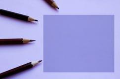 Simsen Sie Raum und Stifte darüber hinaus, im Purpur Stockbild