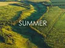Simsen Sie SOMMER über Vogelperspektivefoto von grünen Hügeln, von Feldern und von Wiesen mit Wald im Sonnenunterganglicht, Somme Stockbild