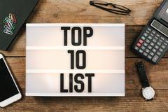 Simsen Sie Top 10 geschrieben in Weinleseartleuchtkasten auf Büro deskt O Stockfotografie