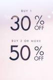 Simsen Sie Verkauf 30 und 50 weg auf dem Weißbuch im Einkaufszentrum von Bali-Insel, Indonesien Lizenzfreie Stockfotos