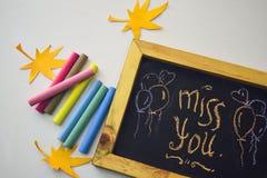 Simsen Sie Verlust Sie auf der Tafel und der bunten Kreide, Herbstblattorigami Weißer Hintergrund stockfoto