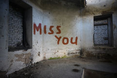 Simsen Sie Verlust Sie auf der schmutzigen alten Wand in einem verlassenen Haus Stockfotos