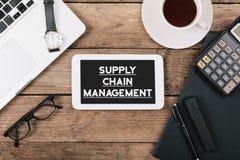 Simsen Sie Versorgungskettemanagement auf Schirm des Tabellencomputers am offi Lizenzfreie Stockbilder