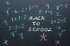 Simsen Sie zurück zu Schule und mathematischen Beispielen auf schwarzem chalkboar Lizenzfreies Stockbild