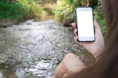 Simsende Mitteilung des Hippie-Mädchens auf Smartphonemobile mit leerem Störungsbesuch Lizenzfreie Stockfotografie