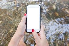 Simsende Mitteilung des Hippie-Mädchens auf Smartphonemobile mit leerem Störungsbesuch Stockfotografie