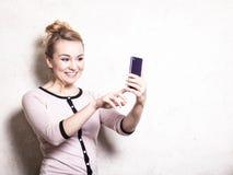 Simsende sms Lesung der Geschäftsfrau auf Smartphone Lizenzfreies Stockbild