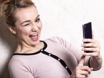 Simsende sms Lesung der Geschäftsfrau auf Smartphone Stockfotos