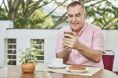 Simsender älterer Mann lizenzfreies stockfoto