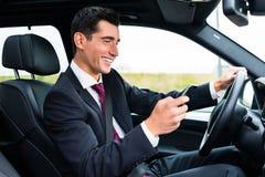 Simsender Mann beim mit dem Auto fahren Lizenzfreie Stockfotos