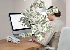 simsendes Geld Geschäftsfrau im Schreibtisch mit dem Computer Geld, das vom Computer aufkommt Stockbild
