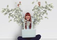 simsendes Geld glückliche junge Hippie-Frau mit den Händen oben mit Laptop Geld, das vom Laptop aufkommt Stockfoto