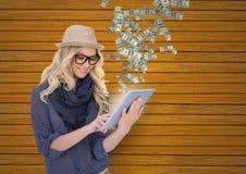 simsendes Geld Hippie mit Hut und Gläsern mit Tablette, Geld, das von der Tablette aufkommt Stockfotografie