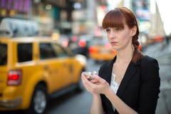 Simsendes Mobiltelefon der jungen kaukasischen Frau Lizenzfreies Stockbild