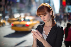 Simsendes Mobiltelefon der jungen kaukasischen Frau Lizenzfreie Stockfotos