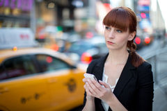 Simsendes Mobiltelefon der kaukasischen Frau Lizenzfreie Stockbilder