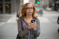 Simsendes Mobiltelefon Latina-Frau in der Stadt Stockfotografie