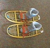 Simulação de como pôr sapatas sobre raquetes retros para andar na neve ou os sapatos de neve, os esportes de inverno e atividades imagens de stock royalty free
