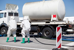Derramamiento químico después del accidente de carretera foto de archivo