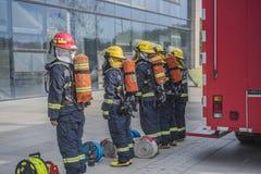 Simulacros de incendio organizados por departamentos gubernamentales Alineación para recibir la tarea imagen de archivo